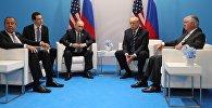 Президент РФ Владимир Путин и президент США Дональд Трамп во время беседы на полях саммита лидеров Группы двадцати G20 в Гамбурге