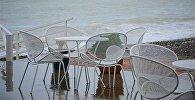 Пустынное кафе в Батуми на приморском бульваре после шторма на море