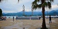 Вид на пустынную набережную Батуми и памятник Али и Нино после шторма