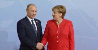 Как лидеры России и Германии приветствовали друг друга на саммите G20