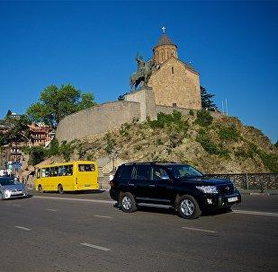 Вид на памятник Вахтангу Горгасали и Метехскую церковь в Тбилиси