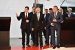 Президент РФ Владимир Путин знакомится с экспозицией стенда ГК Ростех на 8-ой Международной промышленной выставке Иннопром - 2017 в международном выставочном центре Екатеринбург-ЭКСПО
