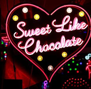 Неоновая вывеска Sweet Like Chocolate у художественной галереи, кафе и творческого центра God's Own Junkyard в Лондоне