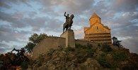 Вид на Метехскую церковь и памятник Вахтангу Горгасали в Тбилиси