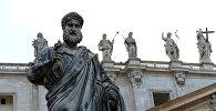 Статуя апостола Петра (скульптор Джузеппе де Фабрис) у собора святого Петра в Ватикане