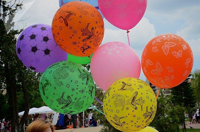 Разноцветные воздушные шарики создавали праздничное настроение. Экологический арт-фестиваль Аргани