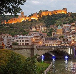 Вечерний вид на исторический центр города Тбилиси и Метехский мост