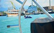 Вид на набережную Батуми и центр города со стороны моря с борта яхты