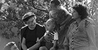 Писатель Нодар Думбадзе в кругу семьи