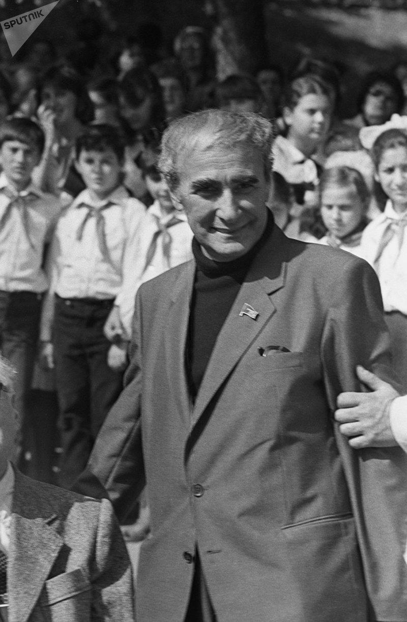 Писатель Нодар Думбадзе на открытии памятника родному языку Деда эна в Тбилиси