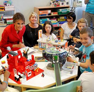 Первая леди США Мелания Трамп в детской больнице в Париже