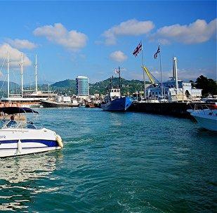 Вид на набережную и порт Батуми с моря