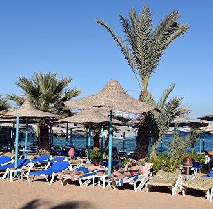 Туристы отдыхают на пляже в Хургаде, Египет
