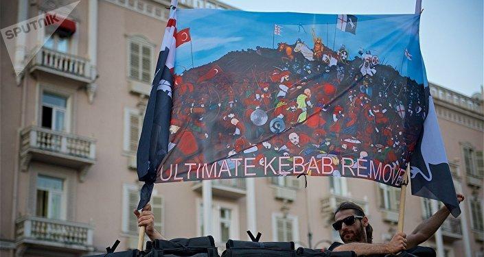 """Один из плакатов на акции протеста против нелегальных мигрантов """"Марш грузин"""