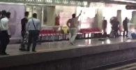 Мужчина с ножом напал на людей в метро Тегерана. Кадры очевидцев