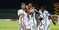 Игроки сборной Англии празднуют победу в чемпионате U-19
