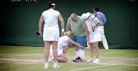 Теннисистки вывели на поле Уимблдона мужчину, дававшего советы с трибуны