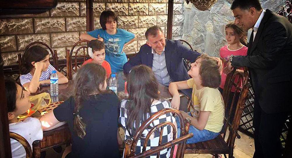 Дети из ансамбля Лампари и Зураб Патарадзе
