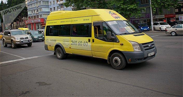 სამარშრუტო ტაქსი თბილისის ერთ–ერთ ქუჩაზე