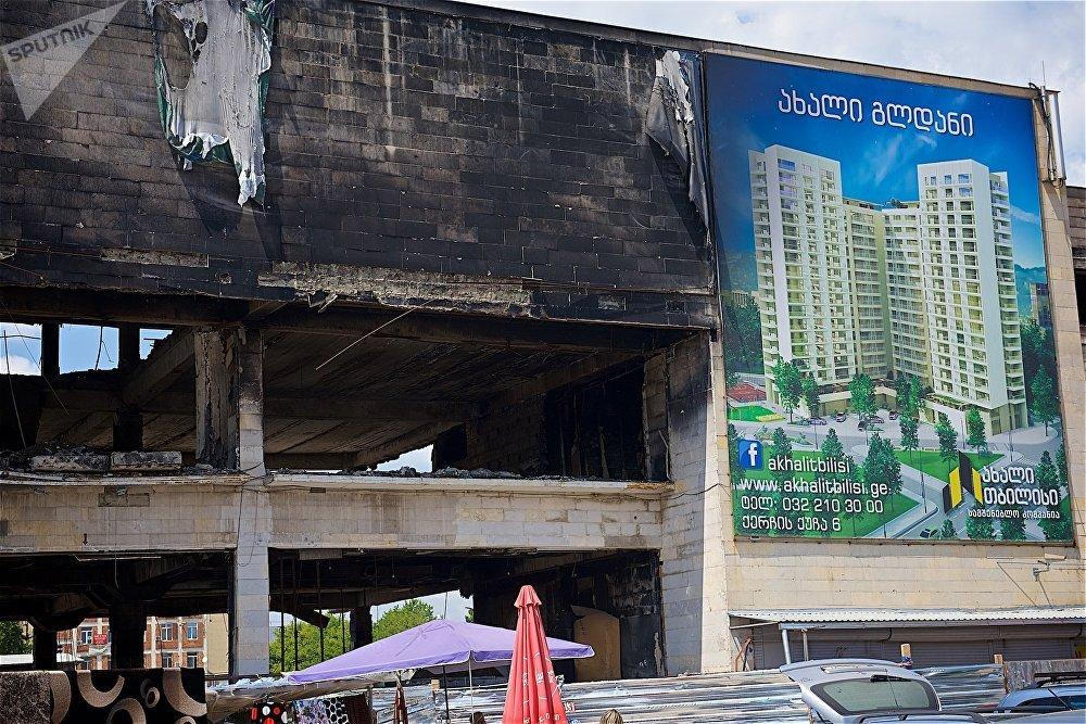 На фасаде сгоревшего Детского мира продолжает красоваться огромный баннер с рекламой нового здания. Часть людей это ввело в заблуждение - они думали, что это здание появится на месте сгоревшего ТЦ. Но это просто реклама нового дома в другом районе города