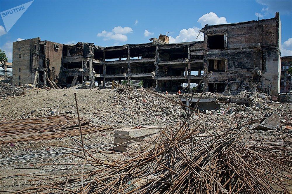 Тем временем демонтаж здания идет просто ошеломительными темпами - сейчас от огромного Детского мира уже осталось меньше половины