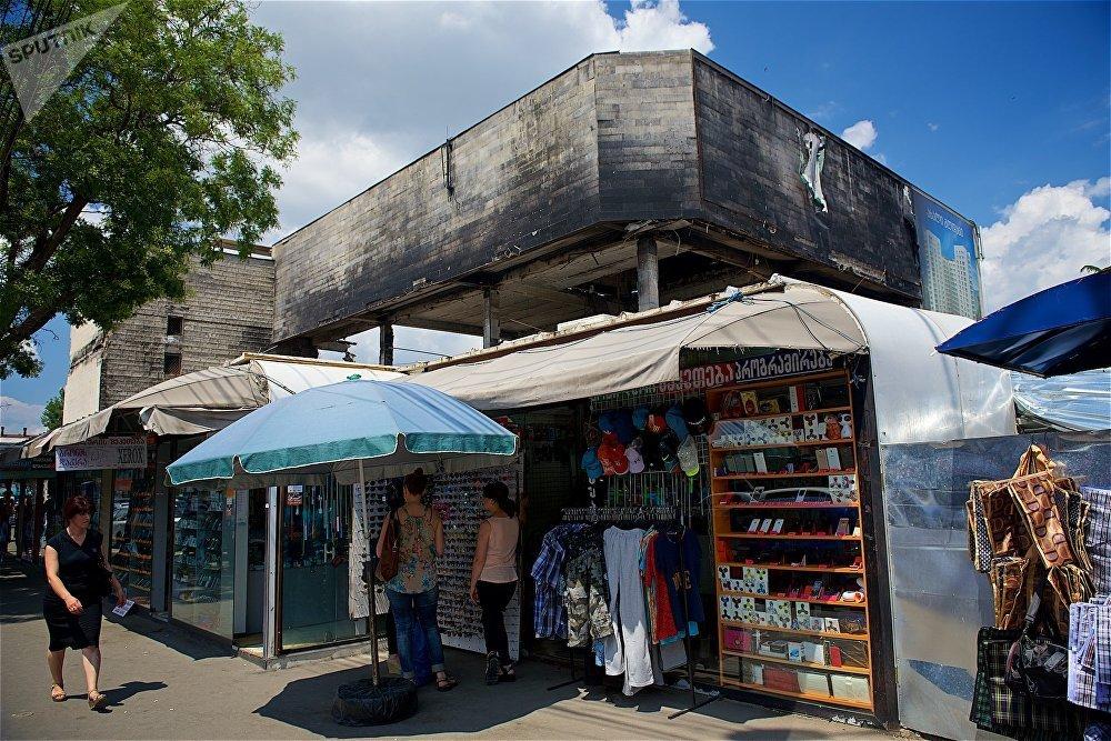 Популярное среди тбилисцев место, куда отправляются за различными покупками  - ведь тут находятся как крупный продуктовый, так и вещевой рынки, не осталось безлюдным. Сгоревший ТЦ окружают различные торговые точки