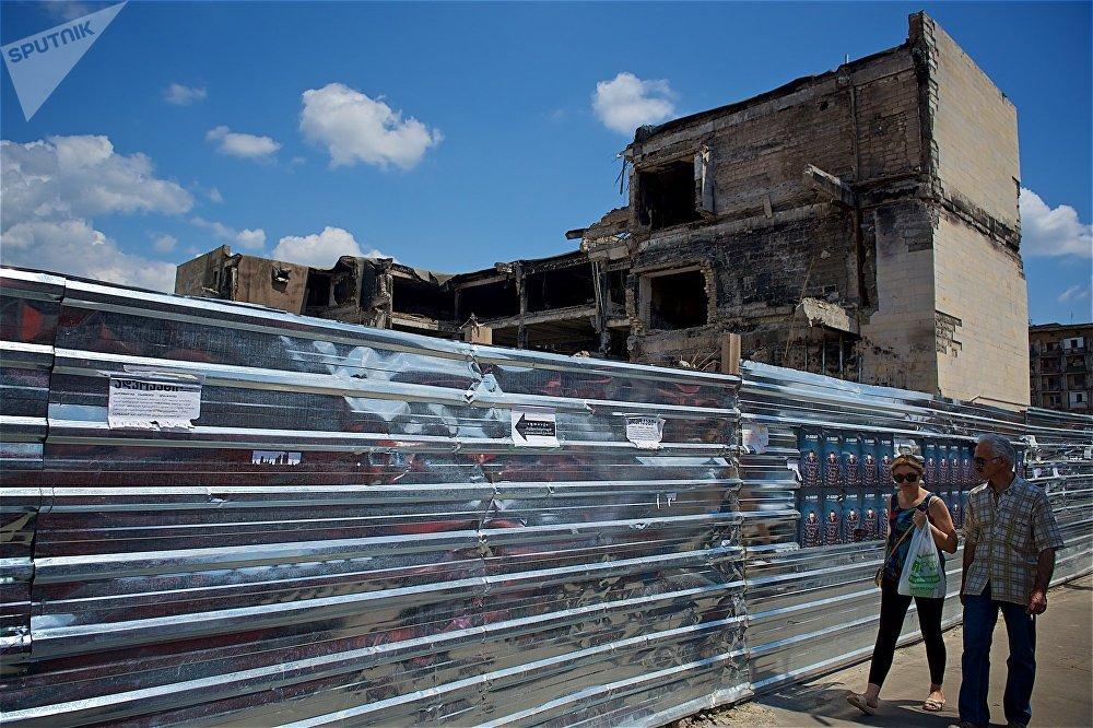 Среди тбилисцев активно обсуждается, какой именно новый торговый центр появится на месте бывшего ТЦ