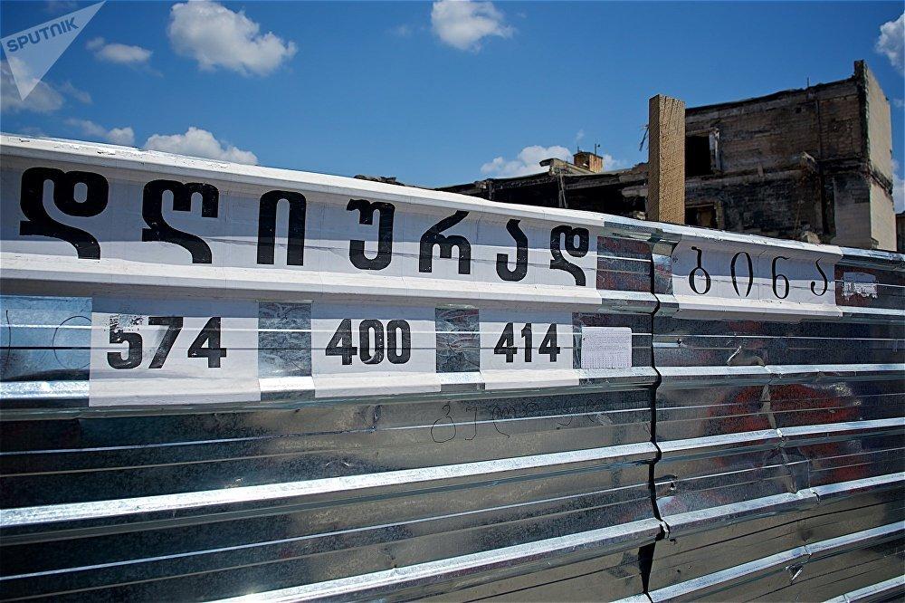 А кто-то даже использует забор вокруг сгоревшего здания для собственной пользы, размещая на нем рекламные объявления - выгодно, так как бесплатно, да еще и эффективно, ведь тут ежедневно проходят тысячи людей