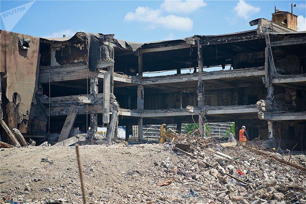 Пройдет наверное, не так много времени, когда и эти перекрытия разберут - и сгоревшее здание канет в историю