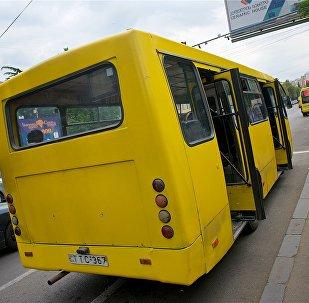 Пассажирский автобус на остановке