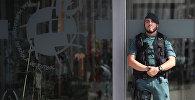 Испанская гражданская гвардия стоит на страже во время рейда в штаб-квартире испанской футбольной федерации в Лас-Росасе, Испания