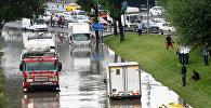 Машины едут по затопленной дороге после сильного ливня в Стамбуле, Турция