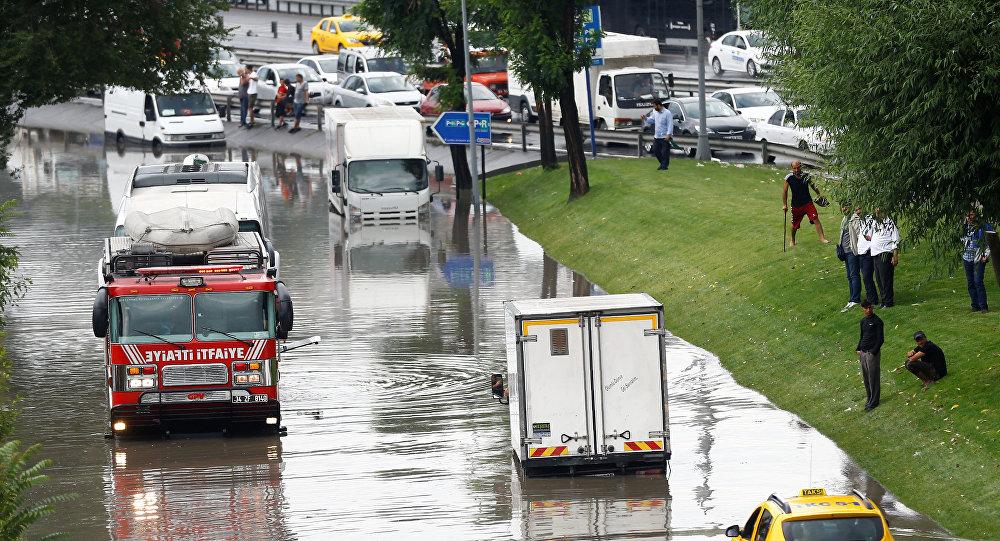 НаСтамбул обвалился ливень: затоплены ряд дорог истанций метро