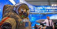 Новый скафандр для работы в открытом космосе Орлан-МКС представлен на стенде АО НПП Звезда на Международном авиационно-космическом салоне МАКС-2017 в подмосковном Жуковском