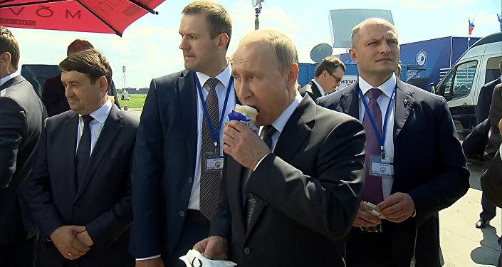 Путин угостил министров мороженым на авиасалоне МАКС