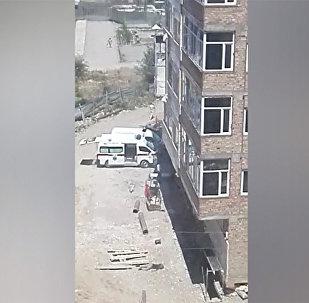 Строители упали с высотки в Бишкеке, один погиб — кадры с места трагедии