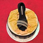 Туфелька из сахара с логотипом Manolo Blahnik украшает торт во время сладкой ярмарки в Севилье