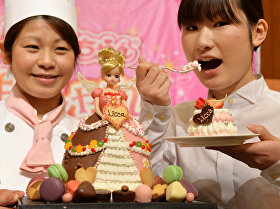 Сладкое платье популярной в Японии куклы Лика-чан, приготовленное в честь дня рождения куклы в Токио
