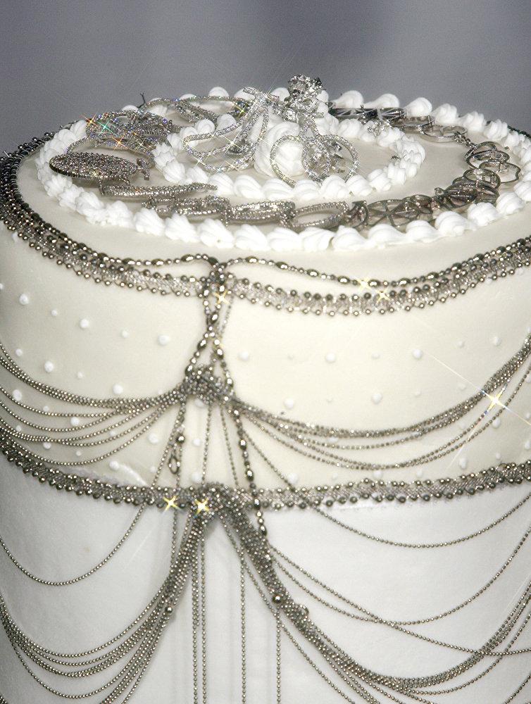 Торт за 130 000 долларов, украшенный драгоценностями из платины, на выставке в Токио