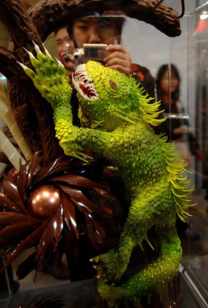 Шоколадный торт, выполненный в виде ящерицы, на выставке в Тайбее