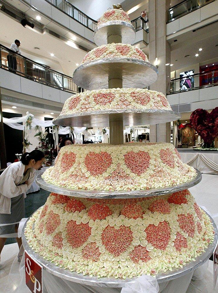 Огромный торт ко Дню святого Валентина в торговом центре Бангкока