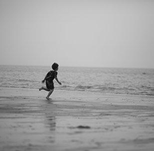 ბავშვი ზღვის ნაპირას