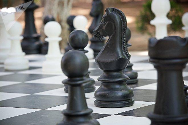 Гигантская шахматная доска у тбилисского Дворца шахмат