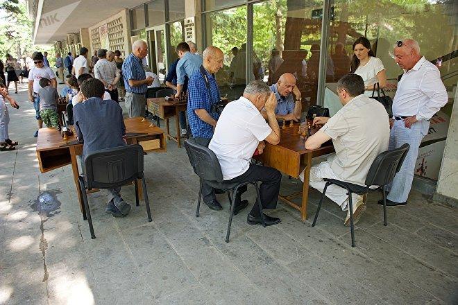 Любители за шахматными досками у тбилисского Дворца шахмат