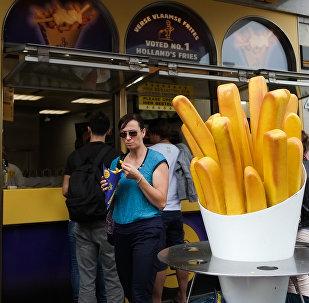 Люди у ресторана быстрого обслуживания в Амстердаме
