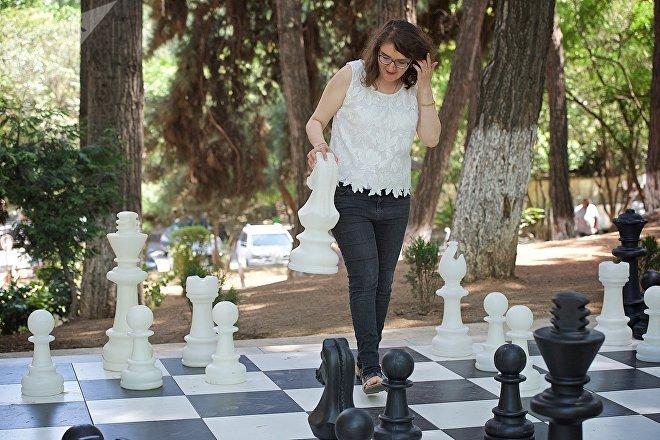 Гроссмейстер Нана Дзагнидзе у тбилисского Дворца шахмат