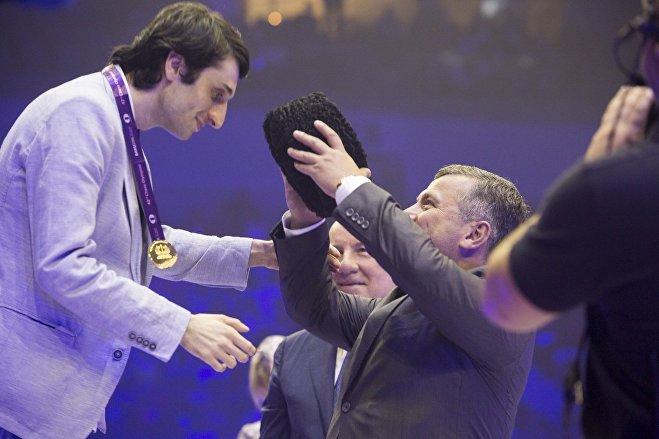 Баадур Джобава получает индивидуальную золотую медаль на всемирной шахматной Олимпиады в Баку
