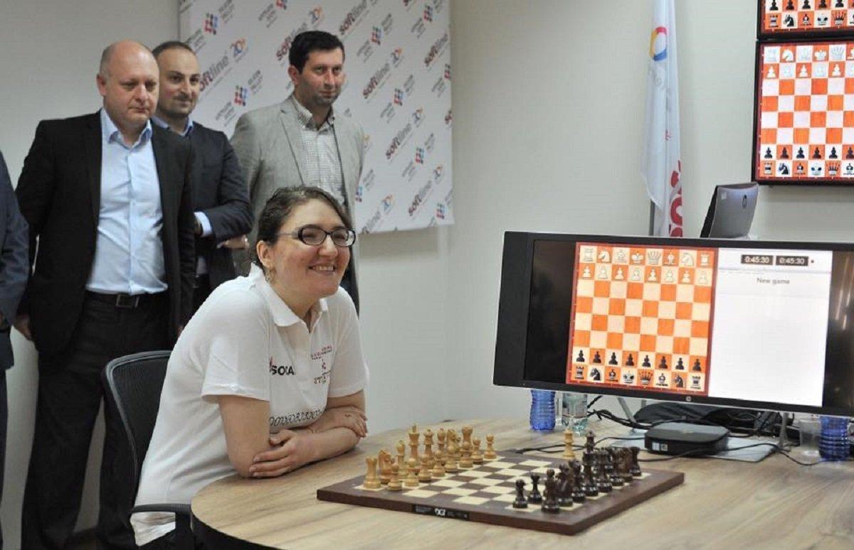 Гроссмейстер Нана Дзагнидзе играет в шахматы с компьютером