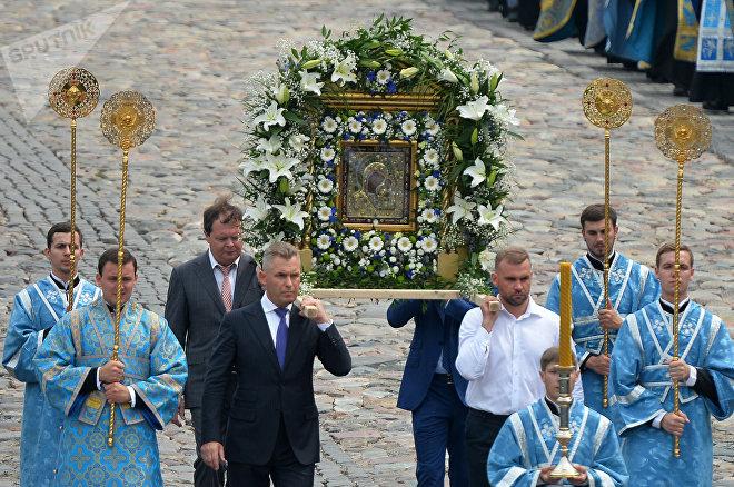 Участники крестного хода несут Казанскую икону Божией Матери