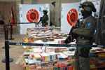 Специальные сотрудники таможни охраняют груз с кокаином в Гамбурге
